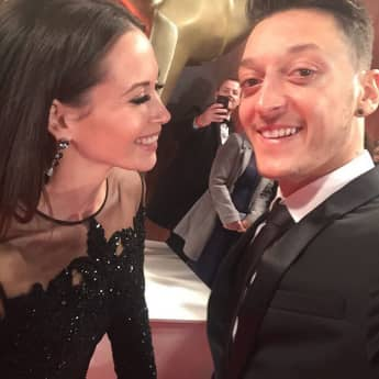 Mandy Capristo und Mesut Özil feiern auf der Bambi-Verleihung ihr Liebes-Comeback Selfie