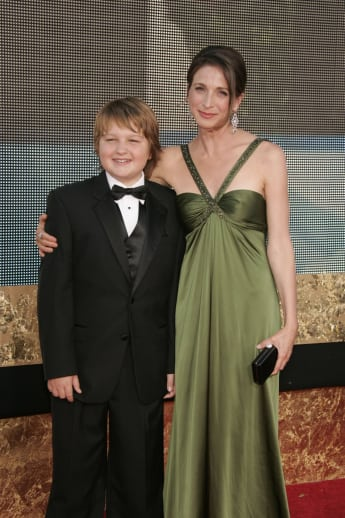 "Die ""Two and a Half Men""-Stars Marin Hinkle und Angus T. Jones bei den Emmys 2007"