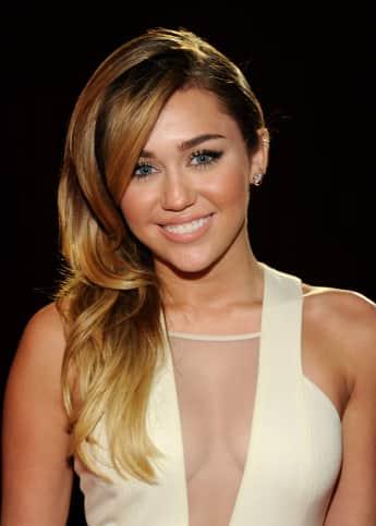 Miley Cyrus mit ihren langen blonden Haaren