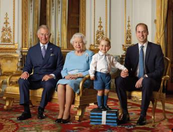 Prinz Charles, Königin Elisabeth II., Prinz George und Prinz William posieren für die Briefmarke