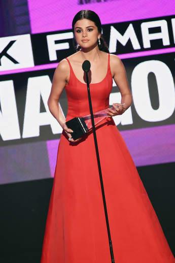 Selena Gomez erhielt eine Trophäe in der Kategorie beliebteste weibliche Künslterin
