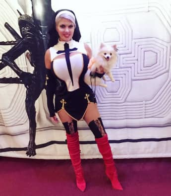 Sophia Vegas in ihrem verruchten Nonnen-Kostüm für Halloween 2017