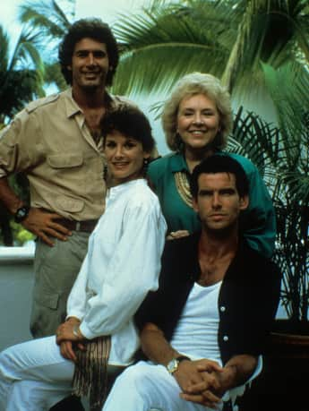 "James Read, Doris Roberts, Stephanie Zimbalist und Pierce Brosnan von der Serie ""Remington Steele"""