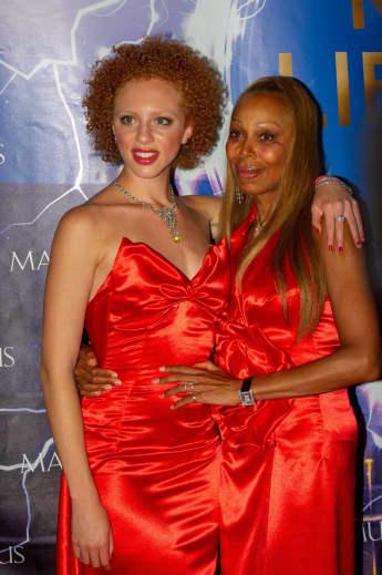 Anna Ermakova und Angela Ermakova zeigen sich im roten Partnerlook