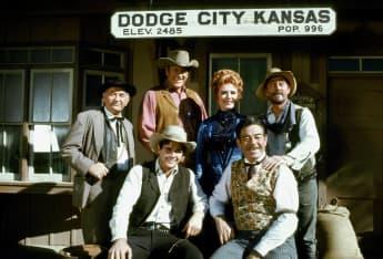 """""""Rauchende Colts""""-Darsteller (von l. nach r.): Milburn Stone, Buck Taylor, James Arness, Amanda Blake, Glenn Strange, Ken Curtis"""