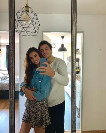 Danilo Cristilli und Alexandra Nicole schießen ein Spiegelselfie