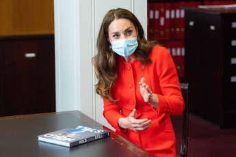 Herzogin Kate versteckt Kopien von 'Hold Still'-Büchern in London