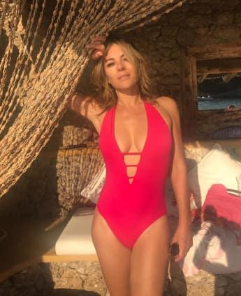Liz Hurley zeigt sich in sexy Badeanzug