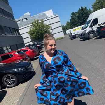 Estefania Wollny zeigt sich in einem luftigen Sommerkleid