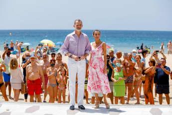 Königin Letizia mit Felipe im Sommerkleid