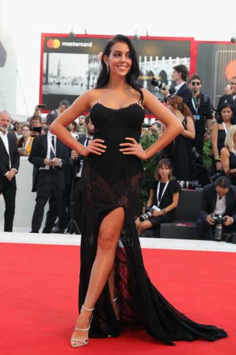 Georgina Rodriguez zeigt sich in einer eleganten schwarzen Robe