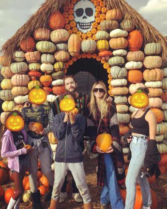 Tom Kaulitz, Heidi Klum und ihre Kinder stimmen sich schon auf Halloween ein