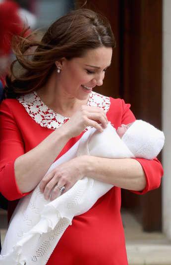 Herzogin Kate mit dem neugeborenen Prinz Louis vor dem St. Mary's Krankenhaus in London
