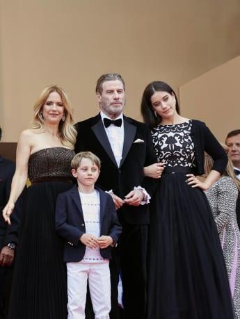 John Travoltas Kinder Ella Bleu (r.) und Benjamin (2.v.l.) begleiten ihn und seine Frau Kelly Preston (l.) nach Cannes