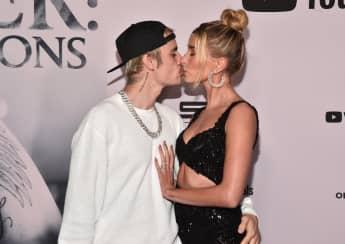 Justin Bieber und Hailey Bieber küssen sich bei der Präsentation der neuen Doku des Musikers