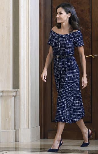 Königin Letizia leistet sich in einem Tweed-Kleid von Zara einen Fashion-Fauxpas