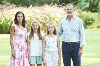 Königin Letizia, Prinzessin Leonor, Prinzessin Sofia und König Felipe posieren für das Familien-Fotoshooting
