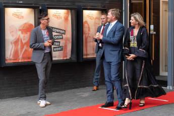 Königin Máxima und König Willem-Alexander bei der ersten Aufführung des Nationaltheaters im Theater aan het Spui nach dessen Wiedereröffnung