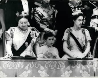 Krönung von Königin Elizabeth II. in Westminster Abbey 1953  Prinz Charles bei der Zeremonie zwischen seiner Großmutter und seiner Tante Prinzessin Margaret.
