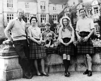 Königin Elisabeth II. mit Prinz Philip und ihren Kindern Prinz Charles Prinzessin Anne Prinz Edward Prinz Andrew
