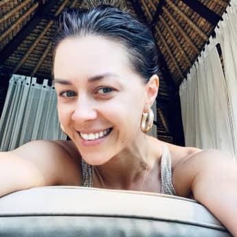 Selfie von Oana Nechiti ungeschminkt im Urlaub.