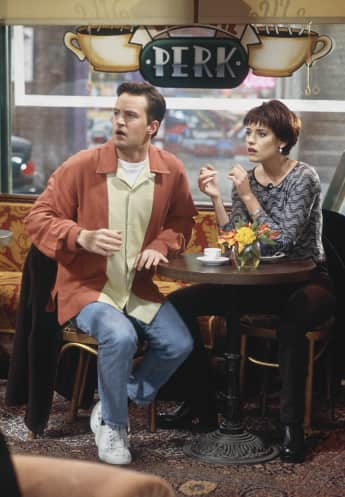"Matthew Perry als ""Chandler Bing"" und Paget Brewster als ""Kathy"" in friends"