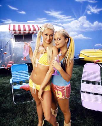 """Paris Hilton und Nicole Richie für die zweite Staffel ihrer Show """"The Simple Life"""" 2004"""