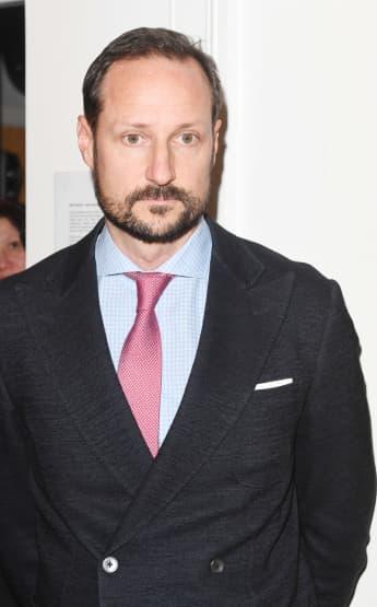 Kronprinz Haakon von Norwegen beim Besuch einer Organisation