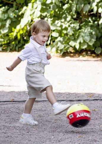 Prinz Oscar von Schweden besuchte mit seinem Papa Daniel die Feuerwehr