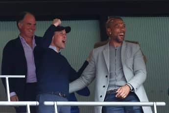 """Prinz William neben John Carew bei einem """"Aston Villa""""-Spiel 2019"""