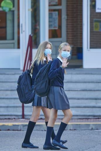 Prinzessin Sofia und Prinzessin Leonor von Spanien auf dem Weg zur Schule 2020