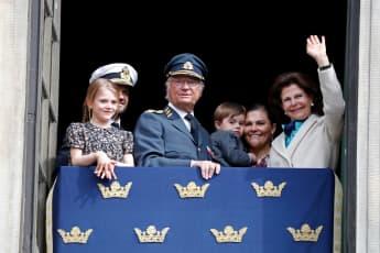 Die schwedischen Royals feiern König Carl Gustafs 75. Geburtstag und winken fröhlich vom Balkon