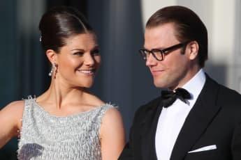 Prinzessin Victoria von Schweden betrachtet verliebt ihren Gatten Prinz Daniel.