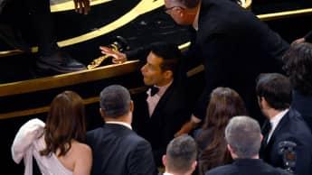 Rami Malek fällt bei den Oscars von der Bühne