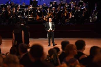 Roland Kaiser moderiert den SemperOpernball alleine