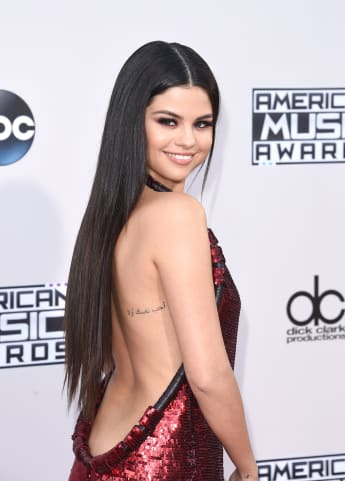 Selena Gomez American Music Awards 2015 Rückenausschnitt Tattoo