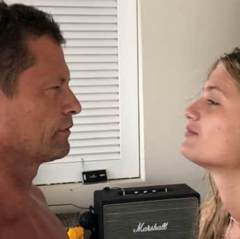 Til Schweiger küsst Tochter Lilli Schweiger auf Instagram