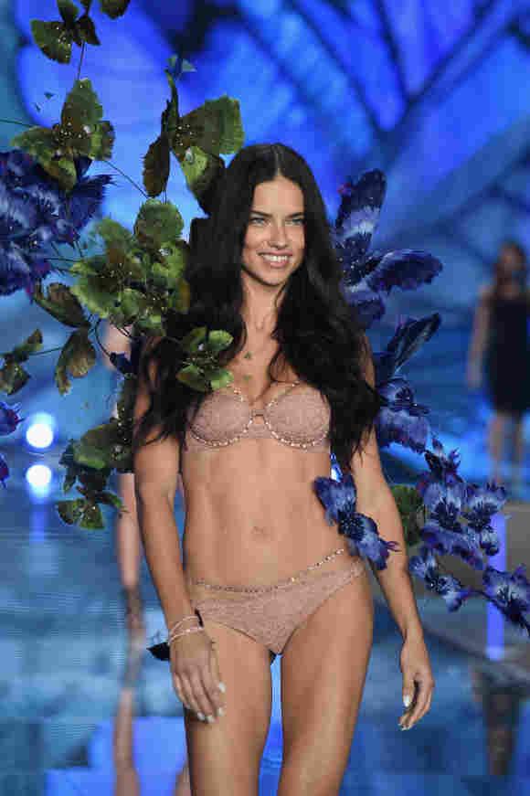 Adriana Lima läuft für Victoria's Secret 2015
