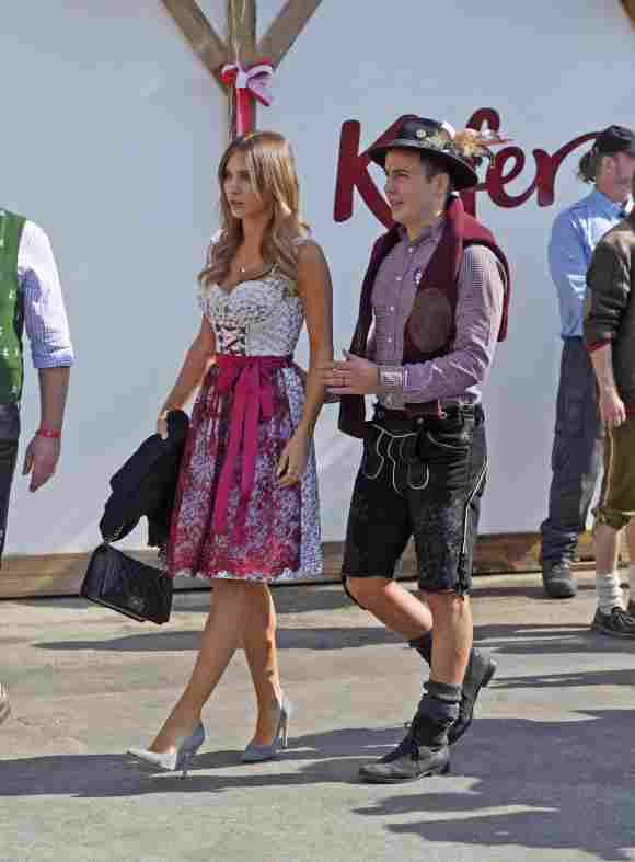 Ann-Kathrin Brömmel und Mario Götze auf dem Oktoberfest 2015 Wiesn Tracht Kleid