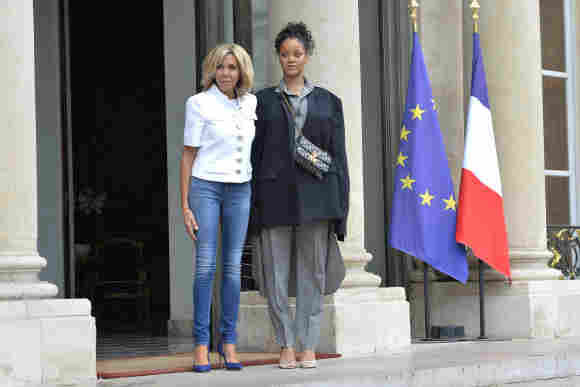 Brigitte Macron und Rihanna vor dem Élyséepalast in Paris