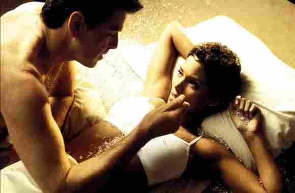 """Pierce Brosnan und Halle Berry in """"James Bond 007 – Stirb an einem anderen Tag"""""""