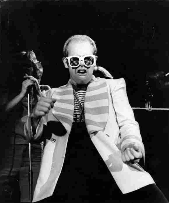 Elton John bei einem Auftritt 1976