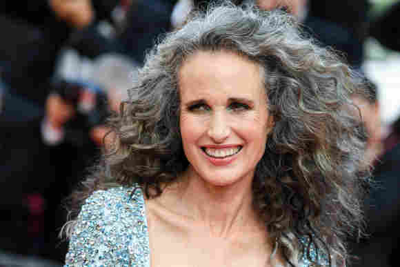 Andie MacDowell überraschte in Cannes mit einem neuen Look. Die Schauspielerin trägt ihre Haare jetzt grau und sieht einfach fabelhaft aus.