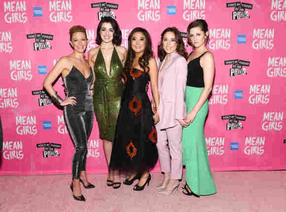 """Kate Rockwell, Barrett Wilbert Weed, Ashley Park, Erika Henningsen und Taylor Louderman nehmen am 8. April 2018 am Broadway-Premiere von """"Girls Club – Vorsicht bissig!"""" teil."""