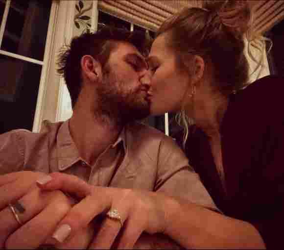 Alex Pettyfer und Toni Garrn verkünden mit diesem Bild Ende 2019 ihre Verlobung