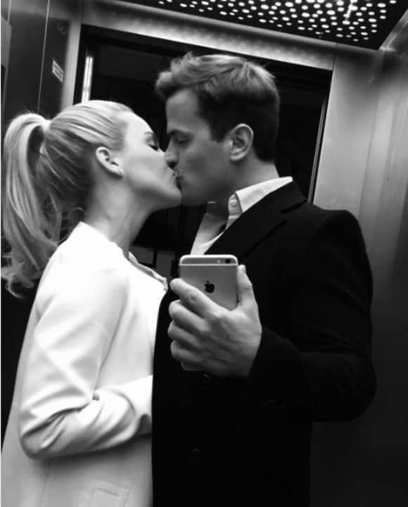 Angelina Heger und Rocco Stark küssen sich