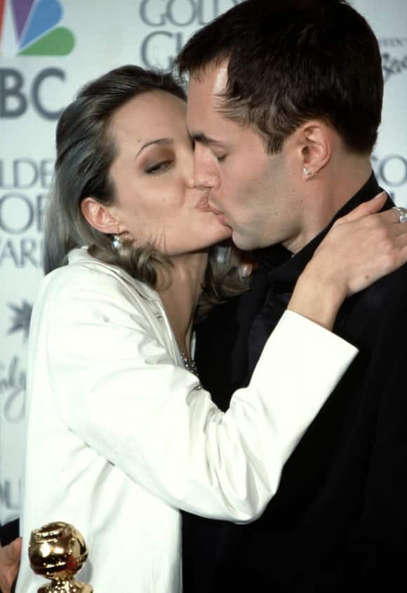 Angelina Jolie küsst ihren Bruder auf dem roten Teppich der Golden Globe Awards Skandal