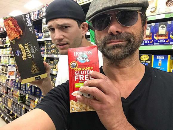 Ashton Kutcher und John Stamos haben sich zufällig beim Einkaufen getroffen
