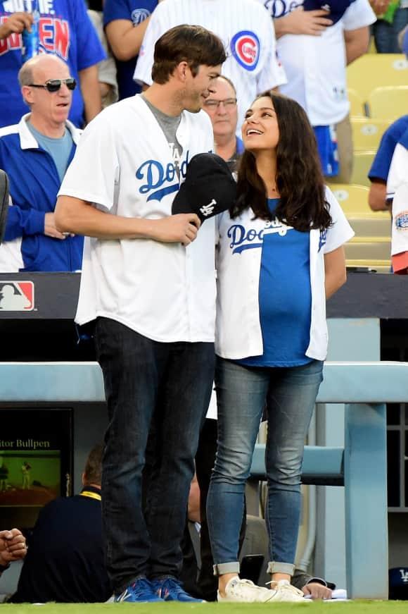 Verliebt wie am ersten Tag und mit riesigem Babybauch zeigte sich Mila Kunis gemeinsam mit ihrem Ehemann Ashton Kutcher bei einem Baseballspiel