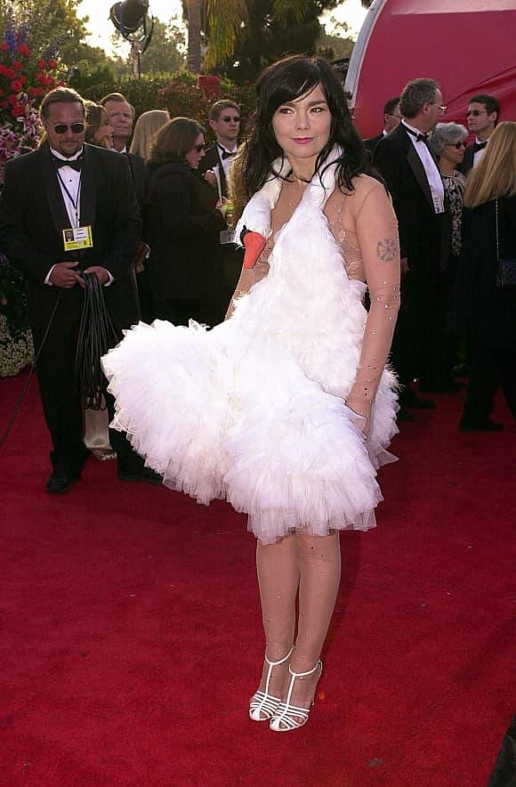 Mit diesem Outfit schockte die Schauspielerin im Jahr 2004 bei den Oscars Roter Teppich Award Preisverleihung schlimmste Outfits Schwan